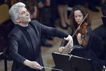 Tradičním provedením Smetanova cyklu Má vlast v provedení Filharmonického orchestru francouzského rozhlasu pod taktovkou kanadského dirigenta arménského původu Petera Oundjiana (na snímku) byl 68. ročník mezinárodního hudebního festivalu Pražské jaro.