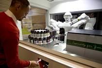 Společnost Yaskawa představila na tiskové konferenci uspořádané 9. prosince v sídle společnosti Yaskawa Czech v Chrášťanech robota Baltazara vyvinutého pro výrobu kosmetiky namíchané na míru, u níž si zákazník může sám zvolit složení, obal i etiketu.