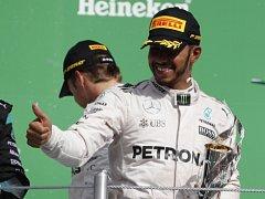 Lewis Hamilton s trofejí pro vítěze Grand Prix Mexika.