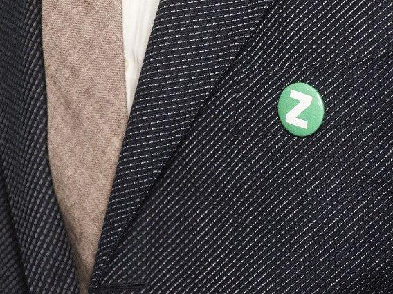Strana zároveň proměnila své logo. Je jím velké písmeno Z v zeleném provedení, které má symbolizovat Zelené, změnu a zemi. Zkrácené označení Strana zelených změnila se SZ na Zelení.