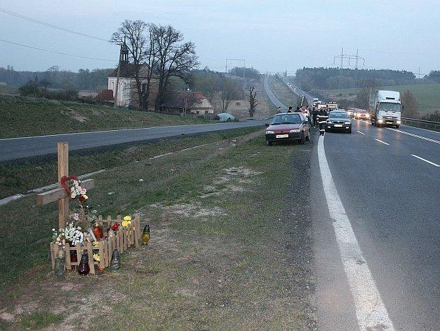 V blízkosti únorové tragédie, kdy v dodávce zahynulo osm mužů, se v pátek srazila tři auta