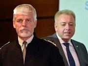 Předseda Vojenského výboru NATO Petr Pavel a ministr vnitra Milan Chovanec (ČSSD).