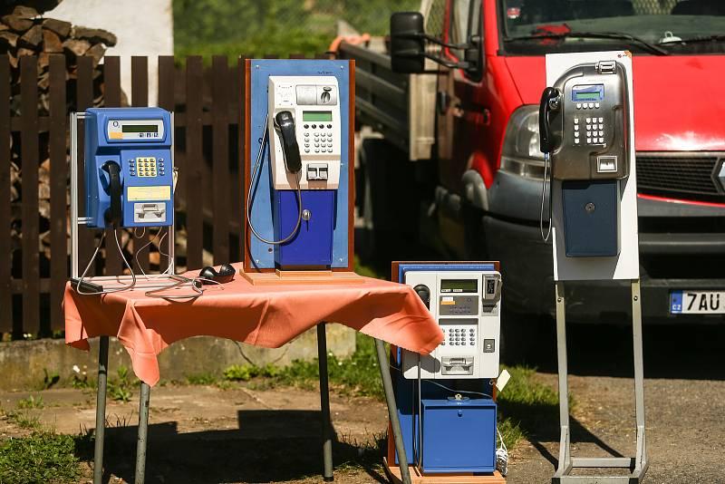Poslední telefonní budka v ČR byla v Hlubyni u Příbrami demontována ve čtvrtek 17. června.