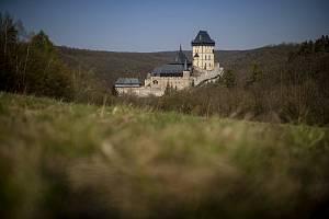Hrad Karlštejn, tyčící se nad řekou Berounkou, byl založen 10. června 1348 českým králem a pozdějším římským císařem Karlem IV. a sloužil pro uložení sbírek svatých relikvií a říšských korunovačních klenotů.
