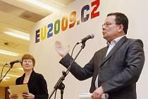 Místopředseda vlády Alexandr Vondra (na snímku) provedl v Kongresovém centru Praha inspekci.