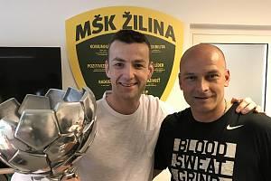 Mistři ligy. Mentální kouč Radek Šefčík (vlevo) s fotbalovým trenérem Adriánem Guľou získali se Žilinou slovenský titul.