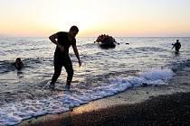 Řecká pobřežní stráž dnes na ostrově Agathonisi nalezla mrtvého novorozeného chlapečka, jehož rodiče-uprchlíci připluli ke strmým břehům tohoto ostrova ve východní části Egejského moře na člunu z Turecka. Ilustrační foto.