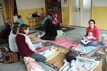 Bonifácově školičce se ratolesti od jednoho roku učí – za pomoci pedagogů i vlastních maminek – rozvíjet paměť, řeč, smysl a cit pro barvy i rytmus.