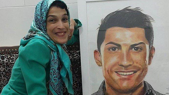 Handicapovaná umělkyně Fatemeh a její portrét Cristiana Ronalda.
