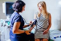 Mezi rizikové faktory patří preeklampsie v osobní nebo rodinné anamnéze, první těhotenství, věk pod 20 let nebo nad 40 let, obezita, vícečetné těhotenství či těhotenská cukrovka.