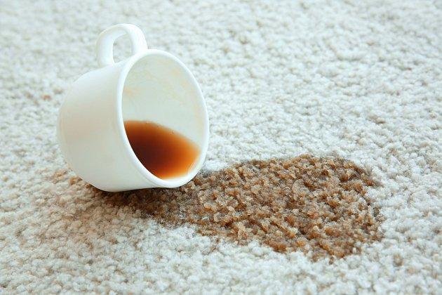 Skvrny na koberci posypejte jedlou sodou, nechte působit a pak vykartáčujte a vysajte.