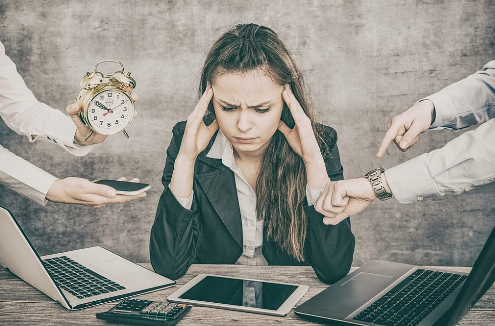 Člověk směřující k syndromu vyhoření začne pracovat svelkým entuziasmem, silnou vnitřní výkonovou motivací spříslušným emocionálním doprovodem a silnou potřebou pomáhat druhým.