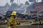 Hasiči na místě pádu malého letadla, které se zřítilo v kalifornském Santee