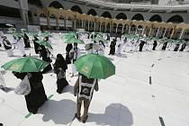 Věřící v rozestupech na nádvoří Velké mešity v Mekce, 17. července 2021