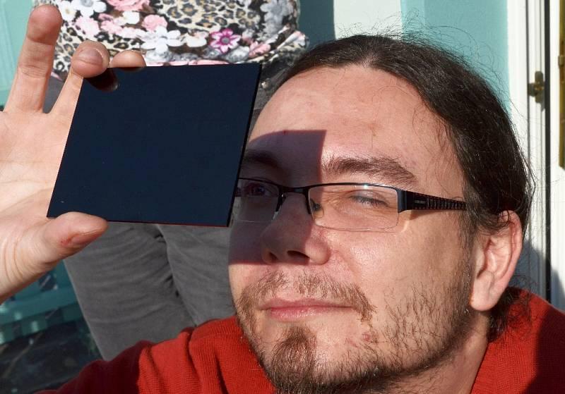 Také lidé v Žatci pozorovali v pátek 20. března částeční zatmění slunce. Nevšední podívanou si nenechali ujít ani Jan Šolc a Kateřina Fejfarová.