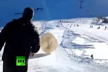 Tragédie na svahu kavkazské hory Dombaj. Koule při zorbingu spadla do propasti