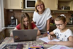 Výuka se ze škol přestěhovala do domácností. A u monitoru mnoho žáků také dostane vysvědčení.