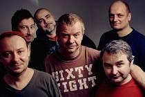 """V PLNÉ SESTAVĚ. """"Nevím, jestli jsou nové písničky veselé, nebo smutné, skoro bych řekl, že všechno dohromady dobře dopadne,"""" říká frontman Mňágy a Žďorp Petr Fiala."""