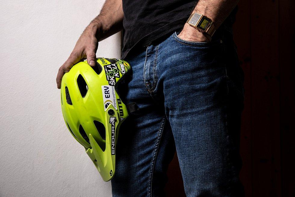 Jsem cyklista se zlatýma digitálkama, říká Josef Dressler.