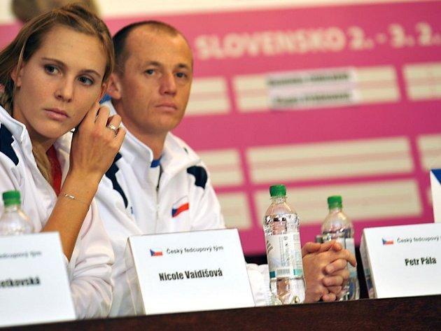 Nicole Vaidišová s kapitánem českého týmu Petrem Pálou.
