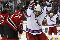Bývalý hráč Devils Scott Gomez se trefil i v posledním utkání série.
