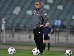 Poslední trénink před důležitým sobotním utkáním absolvovali čeští fotbaloví reprezentanti. Trenér Petr Rada při pátečním tréninku.