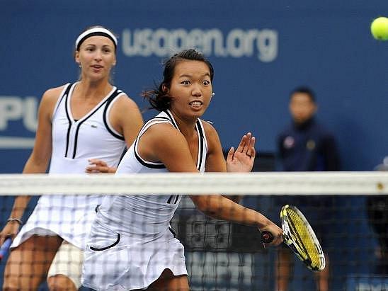 Vania Kingová (u sítě) zvítězila s Ševdovovou v dámské čtyřhře US Open.