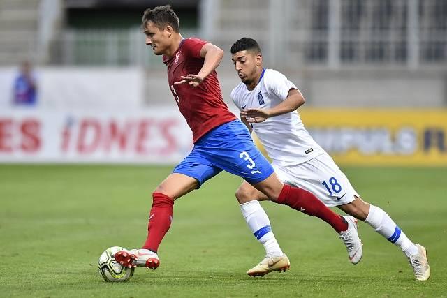 Aleš Matějů v utkání reprezentace do 21 let proti Řecku. Na snímku jej stíhá Dimitris Limnios.