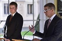 Ministr zahraničí Tomáš Petříček (vlevo) a premiér Andrej Babiš.