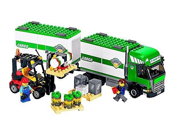 Starší děti od pěti do dvanácti let vám budou vděčné za Lego City 7733 – Nákladní vůz a vysokozdvižný vozík.