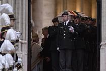 Belgičané se dnes loučí s bývalou královnou Fabiolou, která zemřela minulý týden ve věku 86 let. Královská rodina a smuteční hosté se dnes dopoledne sešli k obřadu v bruselské katedrále sv. Michala a Guduly.