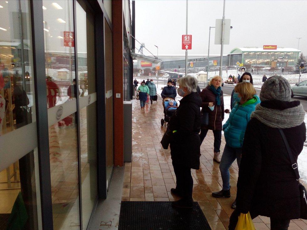 Po znovuotevření se u nákupních center tvořily fronty. Někde však obchodníky i zákazníky zradila technika a výpadek elektřiny.