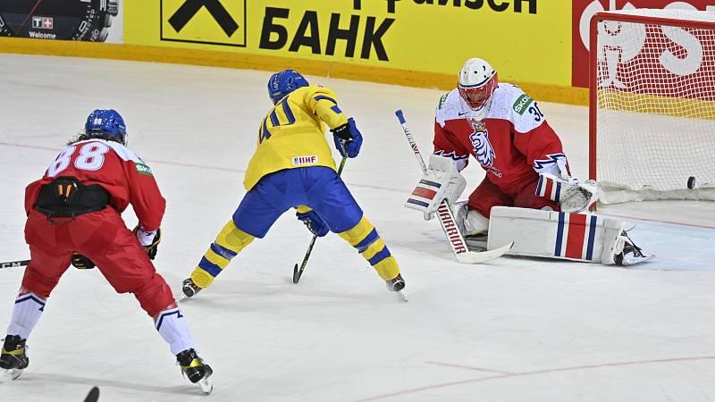 Švéd Wingerli překonává brankáře Šimona Hrubce.