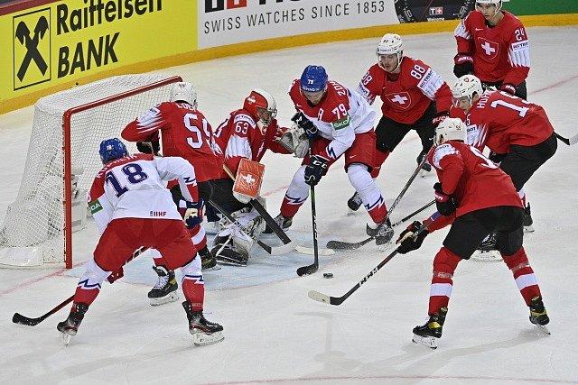 Češi dobývají švýcarskou branku (s pukem Tomáš Zohorna).