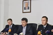 V rámci amnestie by podle odhadu mohlo být propuštěno až 6000 odsouzených. Na tiskové konferenci to řekl ministr spravedlnosti Pavel Blažek (uprostřed). Vlevo je ministrův první náměstek Volák, vpravo ředitel vězeňské služby Dohnal