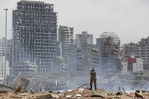 Voják na místě exploze v libanonském Bejrútu, 6. srpna 2020