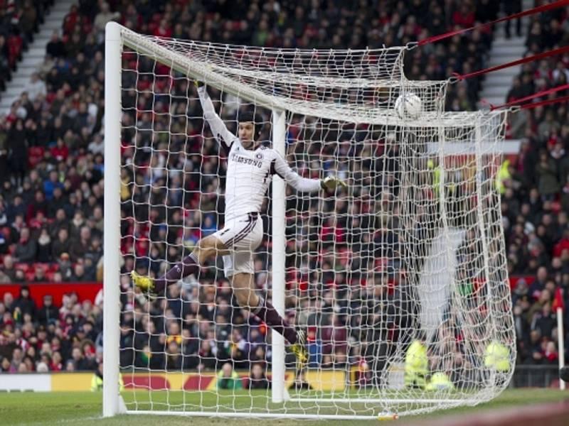 Brankář Chelsea Petr Čech vyráží střelu Manchesteru United.