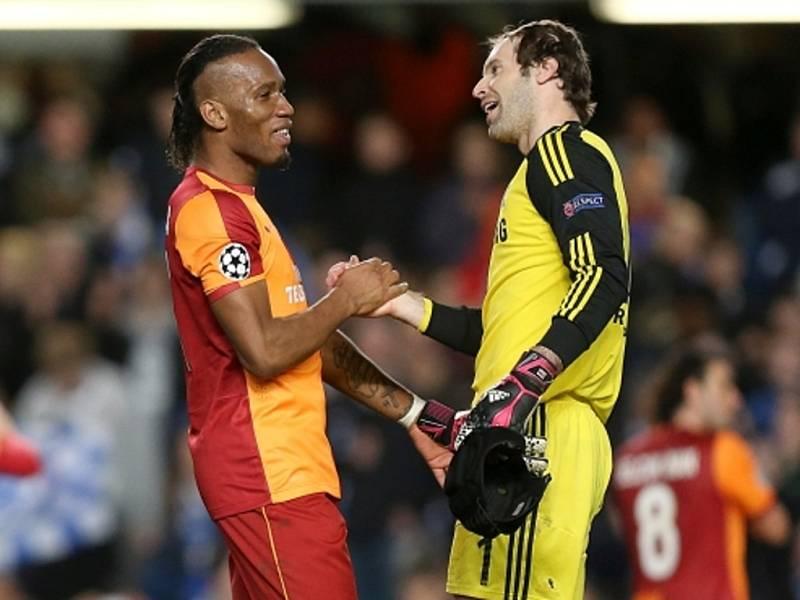 Petr Čech z Chelsea (vpravo) se po zápase zdraví se svým kamarádem Didierem Drogbou z Galatasaraye.