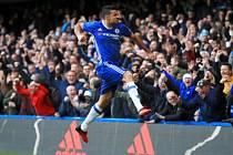 Diego Costa z Chelsea se raduje z gólu.