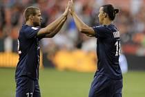 Fotbalisté Paris St. Germain Zlatan Ibrahimovic (vpravo) a Mathieu Bodmer.