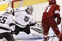 Martin Hanzal skóruje do sítě obhájců Stanley Cupu z Los Angeles.