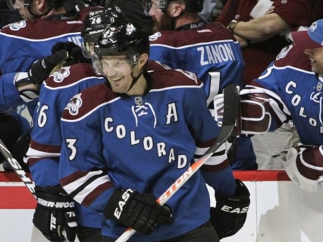 Milan Hejduk z Colorada se při svém 1000. startu v NHL raduje z gólu proti Dallasu.