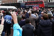 Fanoušci West Hamu blokují autobus s fotbalisty Manchesteru United.