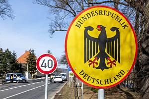 Němečtí policisté kontrolují 20. února 2021 automobil na česko-německém hraničním přechodu Petrovice/Bahratal v Krušných horách na Ústecku