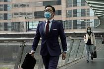 Muž v ochranné masce  prochází 12. února 2020 po ulici v centrální obchodní čtvrti v Hongkongu