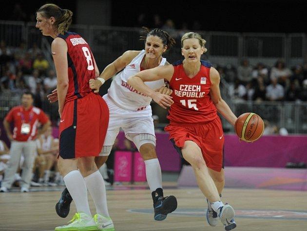 Basketbalistky Ilona Burgrová (vlevo), Eva Vítečková (vpravo) a Ana Lelas z Chorvatska na olympijském turnaji v Londýně.