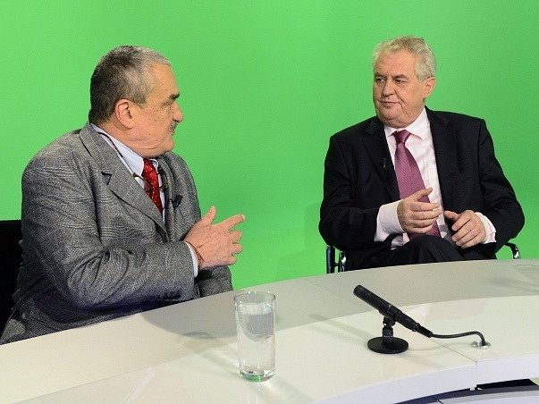 Karel Schwarzenberg (vlevo) a Miloš Zeman v diskusním pořadu České televize