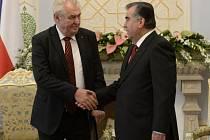 Prezident Miloš Zeman (vlevo) se sešel v tádžické metropoli Dušanbe se svým tádžickým protějškem Imomalim Rachmonem.