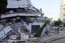 Budova zřícená při zemětřesení ve městě Durres na západě Albánie