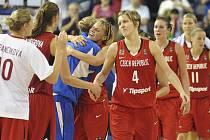 České basketbalistky se radují z důležité výhry nad Japonskem na mistrovství světa.